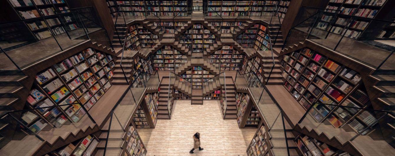 У Китаї відкрили книгарню з нескінченними стелажами