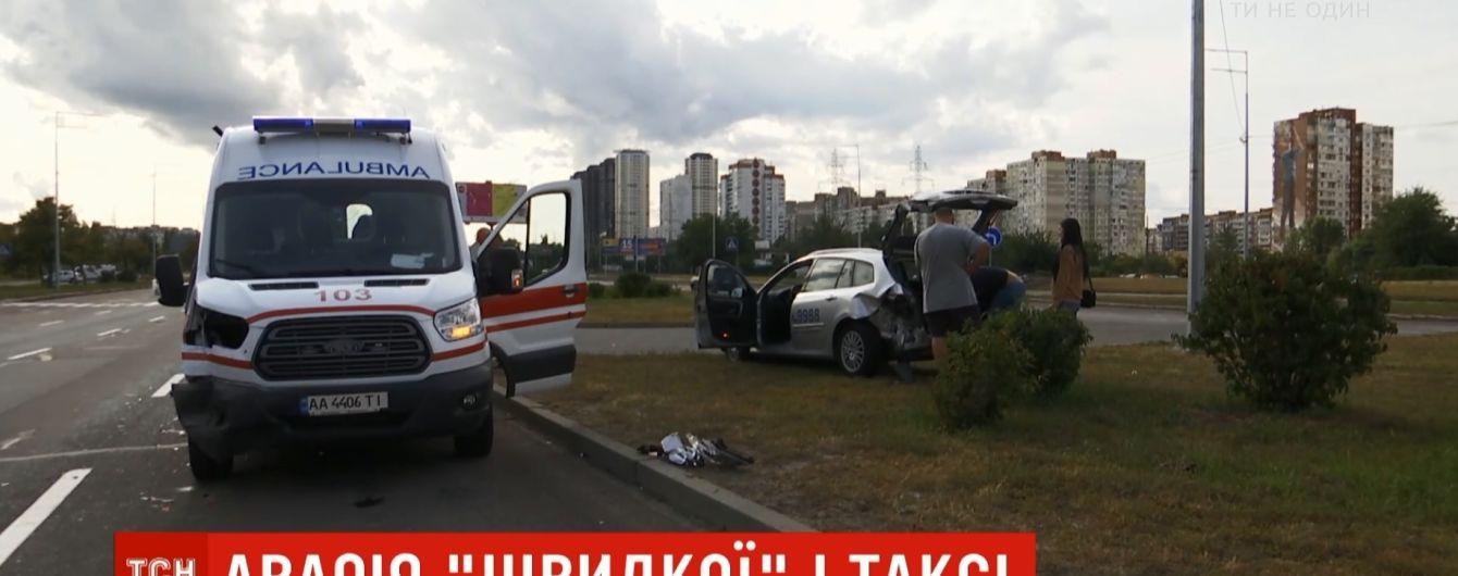 """В Киеве """"скорая"""" выбросила с дороги такси с женщиной и ребенком"""