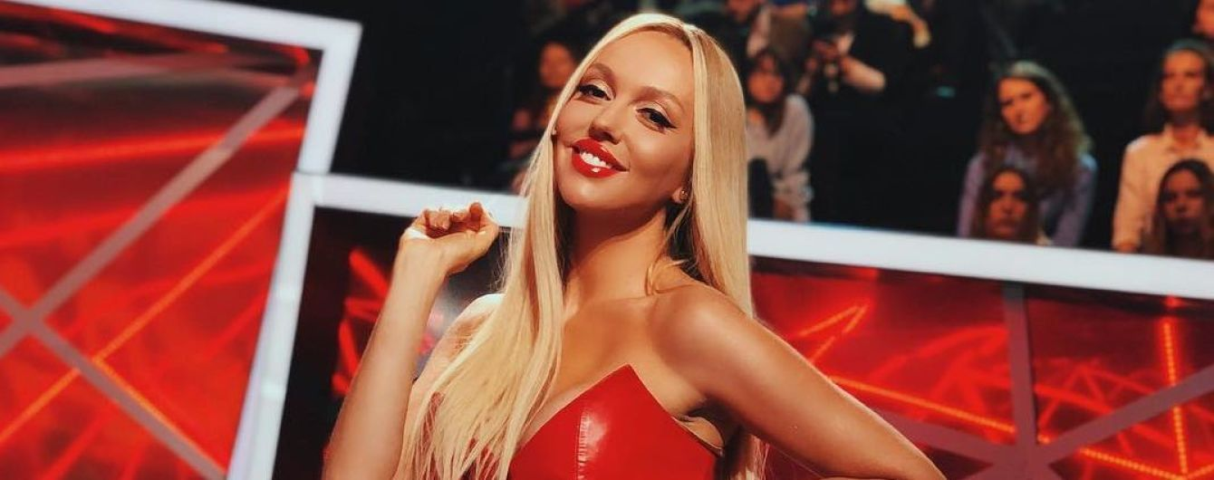 Оля Полякова показала бабушку-хейтера, которая испортила афишу ее концерта