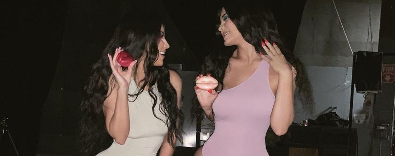 Отпраздновали день сестер: Ким Кардашьян и Кайли Дженнер позировали в пикантных комбинезонах