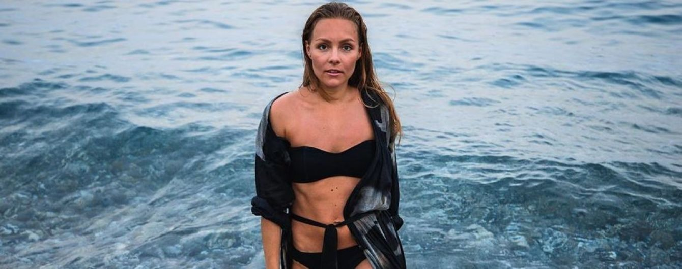 Фотосесія на відпочинку: Олена Шоптенко у чорному бікіні позувала на пляжі