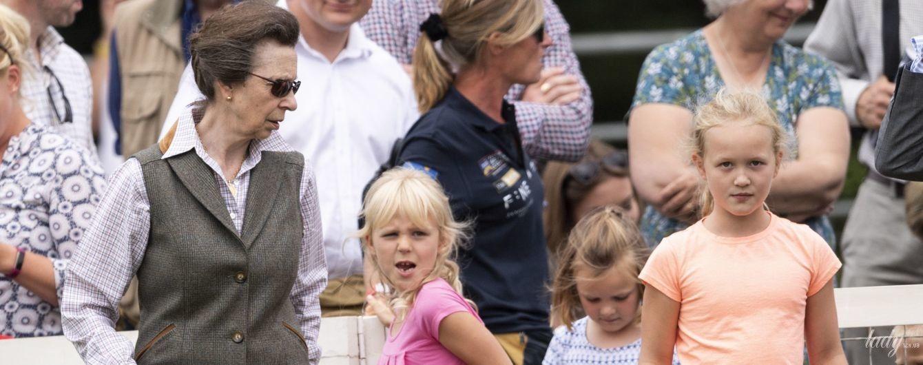 Не стильная, но спортивная: принцесса Анна посетила фестиваль в Страуде