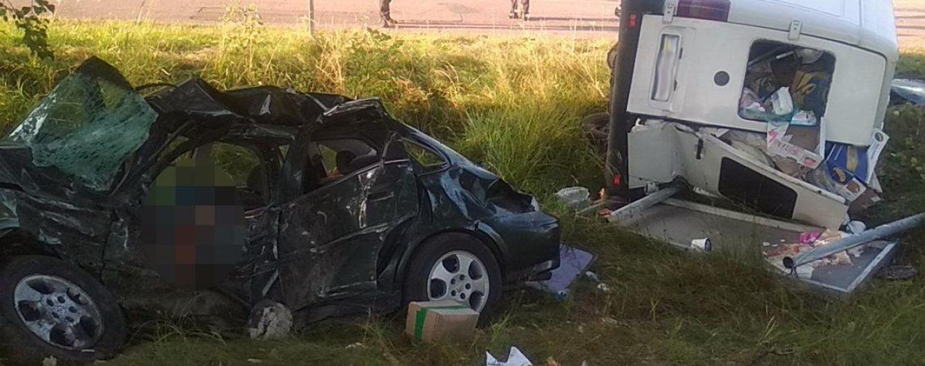 На Житомирщине легковушка влетела в микроавтобус: есть погибшие