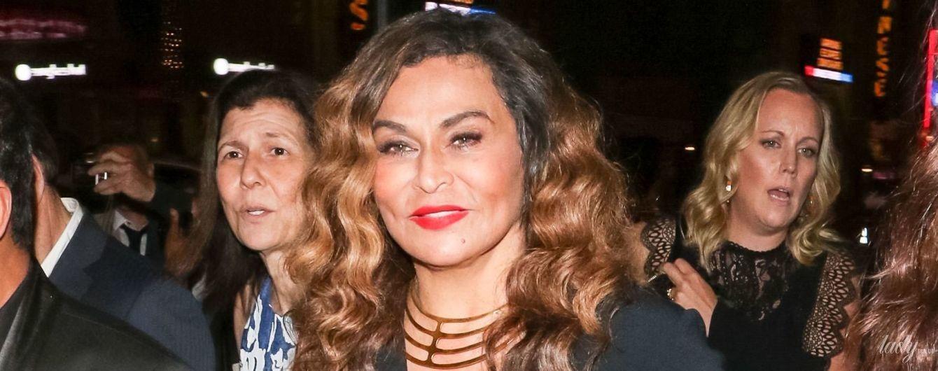 Подчеркнула грудь и талию: 65-летняя мама Бейонсе - Тина Ноулз, надела стильный наряд для выхода в свет