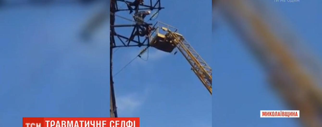 Небезпечне селфі: на Миколаївщині підліток зірвався з електровежі та дивом вцілів