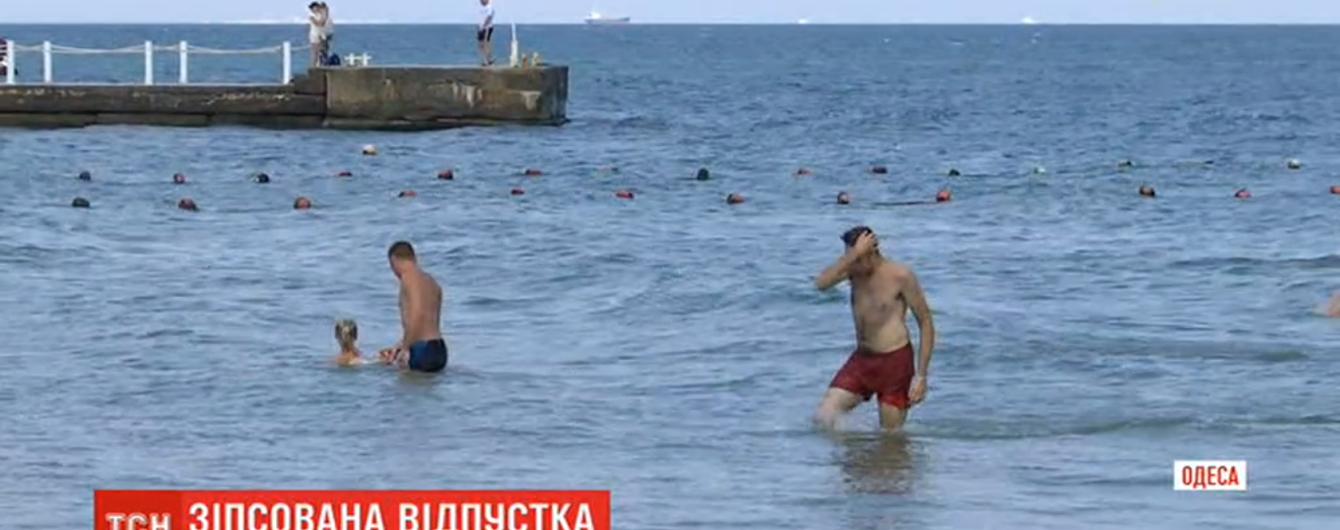 Мощная непогода в Одессе смыла с улиц в море мусор и нечистоты: на каких пляжах купаться опасно
