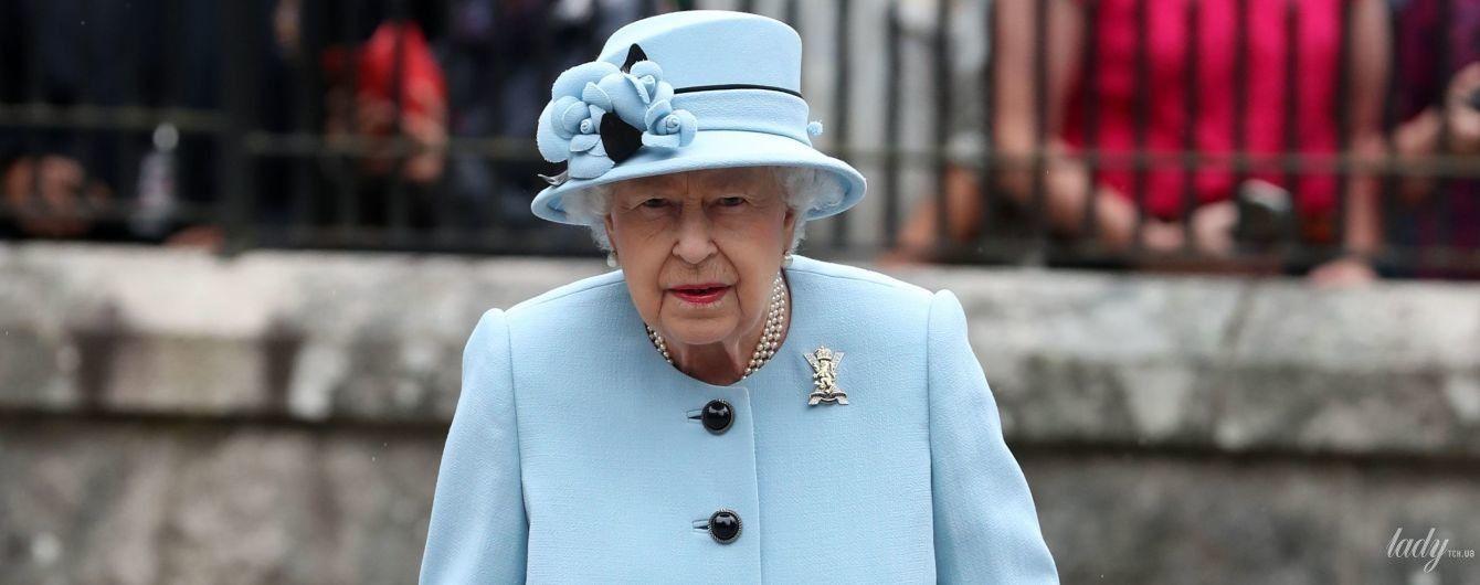В красивом голубом наряде: королева Елизавета II на торжественном мероприятии в Шотландии