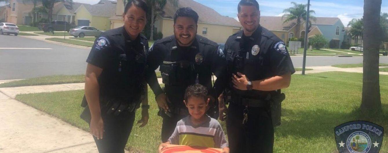 В США малыш хотел кушать и позвонил в службу спасения. Копы принесли ему пиццу