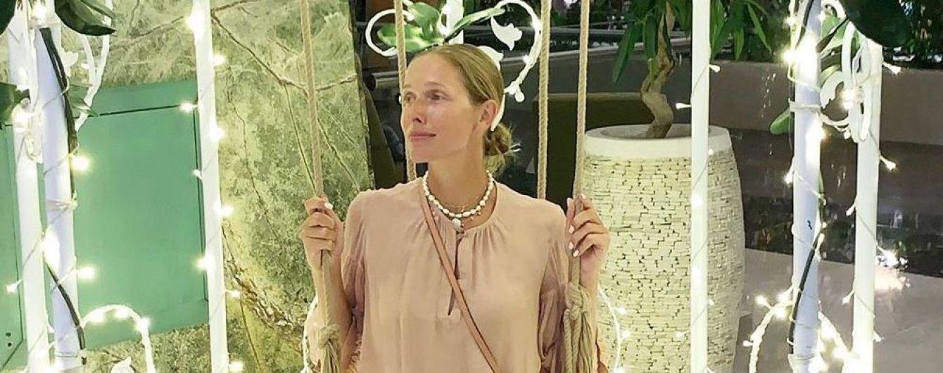 В пудровом платье и кроссовках: Катя Осадчая в стильном образе сходила на концерт Дженнифер Лопес