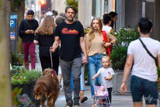 Семейная прогулка: Аманда Сейфрид с мужем и дочерью на улицах Нью-Йорка