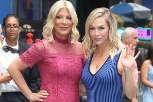 """Спеллинг в кружевном, а Гарт - в полосатом платье: звезды """"Беверли-Хиллз 90210"""" похвастались новыми луками"""