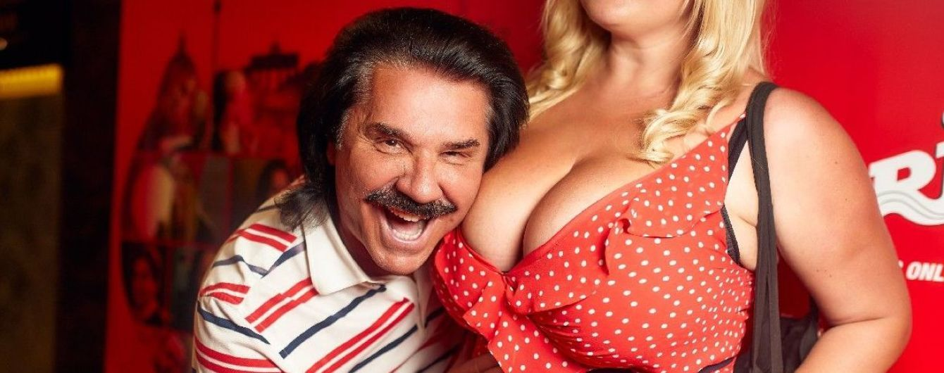 Пока жена не видит: Павел Зибров сфотографировался с пышной грудью блондинки в гороховом платье