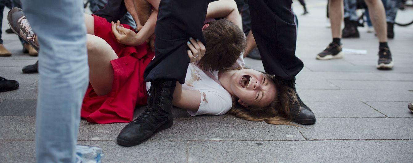 Отключение интернета, отравления и попытки отобрать детей. Как российская власть борется с протестами в Москве