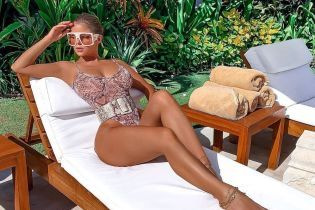 Сверкнула грудью: Деми Роуз в питоновом полупрозрачном купальнике принимала солнечные ванны