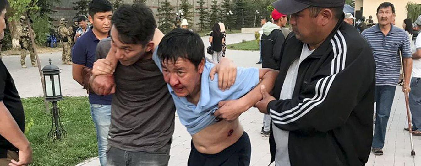 В результате штурма резиденции экс-президента Кыргызстана уже есть первый погибший, еще 36 человек - в больнице