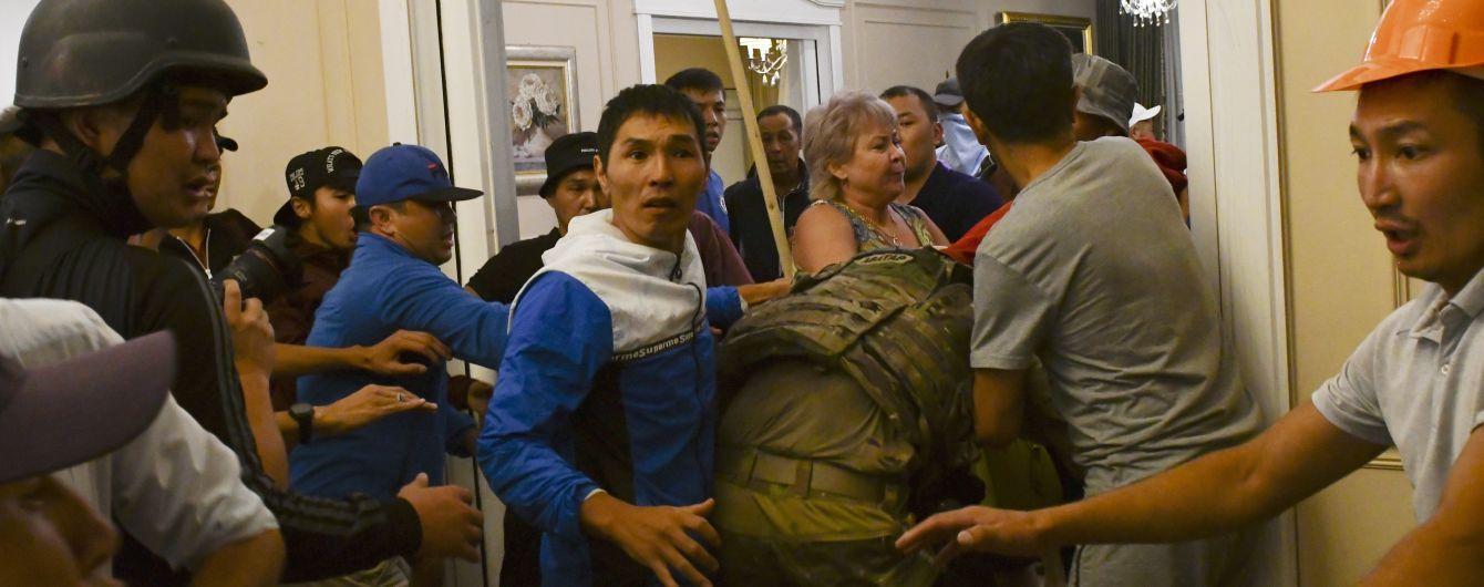 Штурм резиденції експрезидента Киргизстану. Під час сутичок загинув спецпризначенець