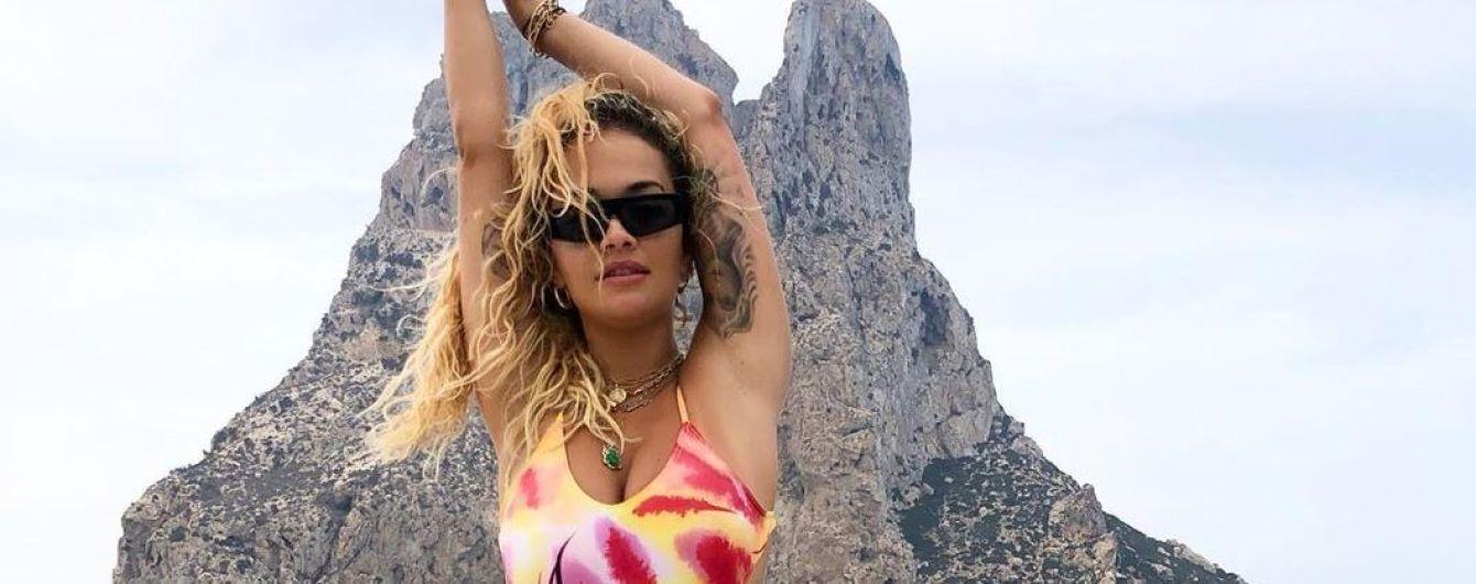 Позировала на яхте: Рита Ора в ярком купальнике похвасталась сексуальной фигурой