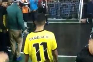 В соцсетях стало вирусным видео, как футзалист не забивает пенальти под бешеным давлением зрителей