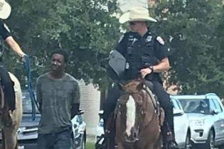 Сеть взорвало вирусное фото с офицерами на лошадях, которые ведут афроамериканца на поводке
