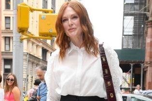 Красотка и в 58: стильная Джулианна Мур на огромных шпильках попала в объективы нью-йоркских фотографов