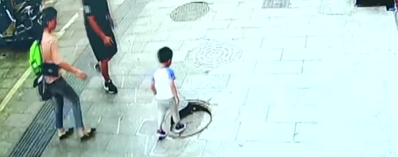 У Китаї трирічний хлопчик миттєво провалився під зламаний люк на очах у батьків