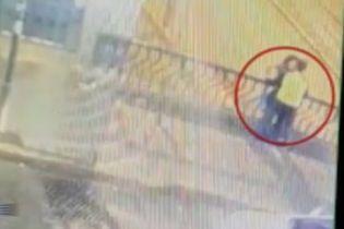 Останній поцілунок. У Перу пристрасна пара втратила рівновагу і впала з мосту