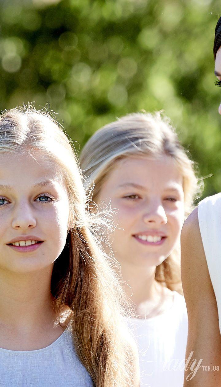 Королева Летиция и король Филипп VI с дочками Леонор и Софией