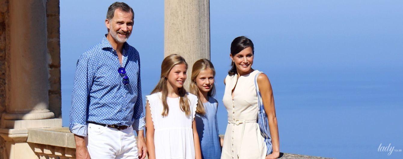 Счастливы у моря: испанская королевская семья предстала в новом фотосете