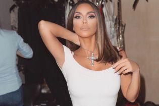 А ничего так образ: Ким Кардашьян втиснула пышные формы в маленькое белое платье