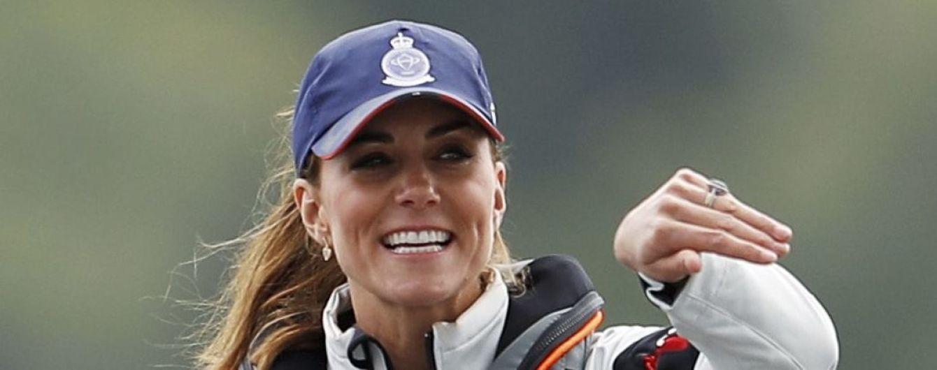 Кейт Міддлтон у коротеньких шортах взяла участь у вітрильній регаті
