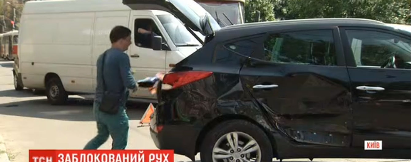 На столичном Подоле произошло ДТП: один автомобиль отбросило на остановку общественного транспорта