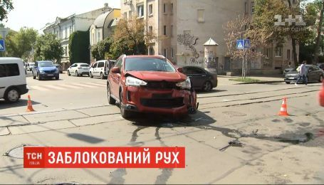 На столичном Подоле столкнулись два автомобиля и заблокировали движение трамваев