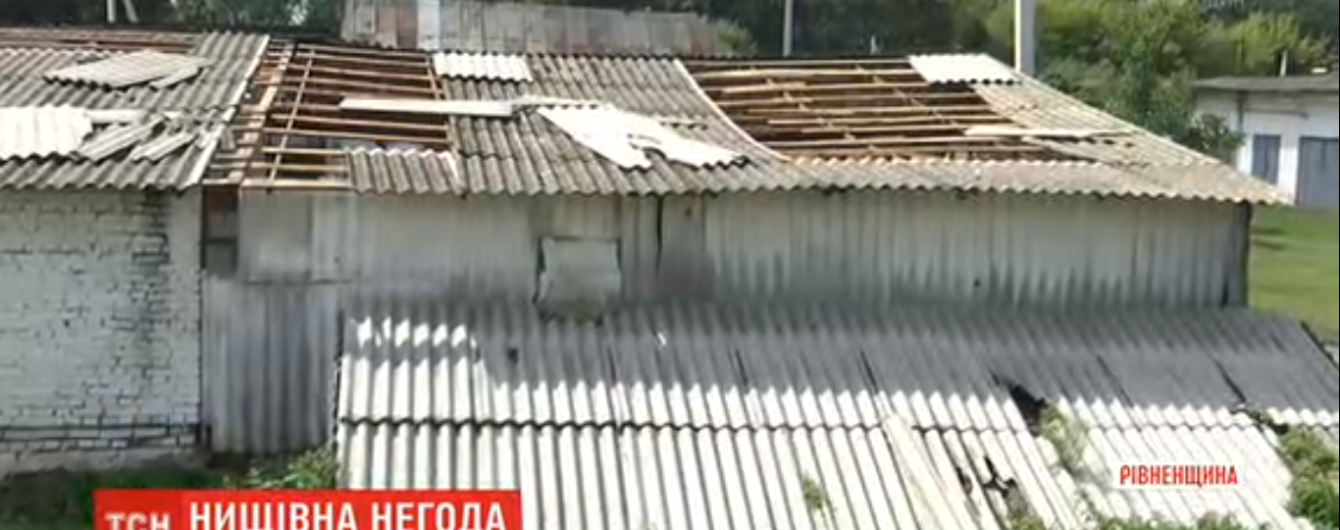 Сорванные крыши и поваленные деревья: Ровенщиной пронесся мощный ураган