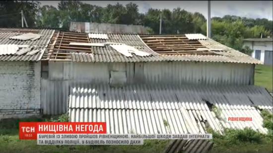 Зірвані дахи і повалені дерева: на Тернопільщині пронісся потужний буревій