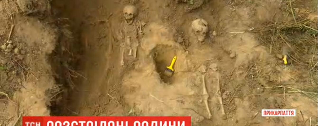 На Прикарпатті знайшли масове поховання жертв сталінських репресій: натрапили на скелети дорослих і дітей