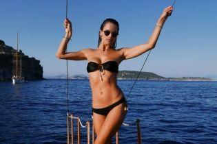 Отпуск продолжается: Алессандра Амбросио в черном бикини позировала на роскошной яхте