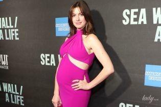Подчеркнула живот яркий платьем: беременная Энн Хэтэуэй на Бродвее