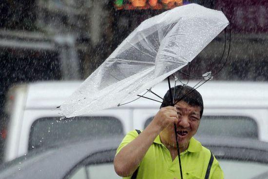 Евакуація та десятки тисяч людей без електрики. Японію атакував надпотужний тайфун