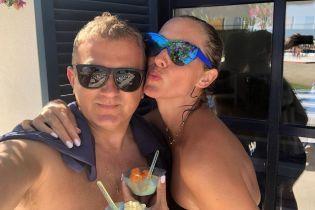 В обнимку с любимым мужем: пляжные будни Осадчей и Горбунова