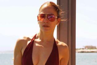 В купальнике с откровенным декольте: Дженнифер Лопес похвасталась сексуальной фигурой