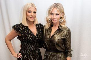 Блондинки в золотом: Тори Спеллинг и Дженни Гарт на пресс-конференции в Лос-Анджелесе