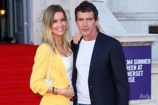 Подчеркнула декольте и надела красивый пиджак: подружка Бандераса поддержала его на премьере фильма