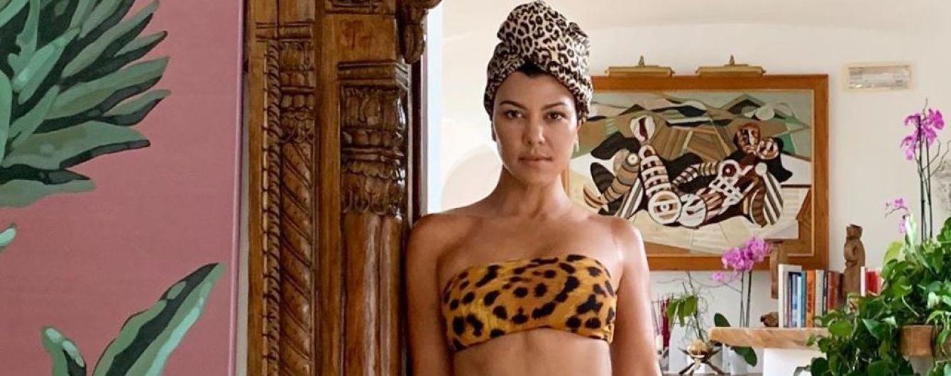 Вот это фигура: Кортни Кардашьян показала фигуру в леопардовом купальнике