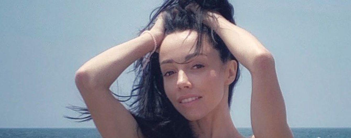В бикини и без макияжа: Екатерина Кухар на пляже в Малибу