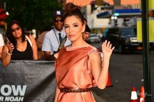В красивом платье и на шпильках: Ева Лонгория посетила телешоу