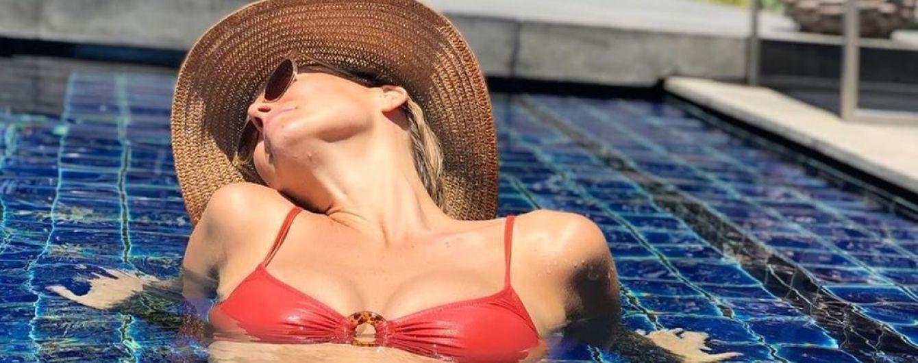 В красном бикини и шляпе: беременная Бар Рафаэли релаксирует в бассейне
