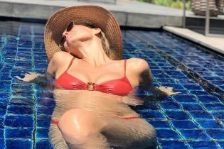 В червоному бікіні і капелюсі: вагітна Бар Рафаелі релаксує у басейні