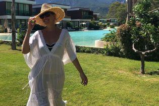 Открытка из отпуска: Катя Осадчая поделилась новым снимком у бассейна