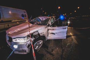 В Киеве водитель BMW X5 протаранил крышей отбойник, убегая от полиции