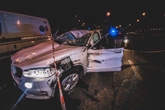 У Києві водій BMW X5 протаранив дахом відбійник, втікаючи від поліції